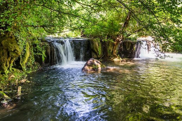 Mazzano romano、ラツィオ、イタリアの近くのヴァッレ・デル・トレハのモンテ・ジェラートの滝 Premium写真