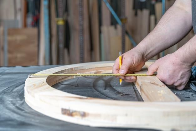 丸い木製の窓の生産のための建具の測定と計画 Premium写真