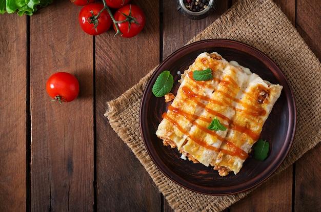 Каннеллони мясной соус бешамель. вид сверху Premium Фотографии