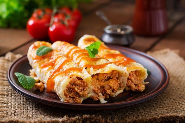 Каннеллони мясной соус бешамель Premium Фотографии