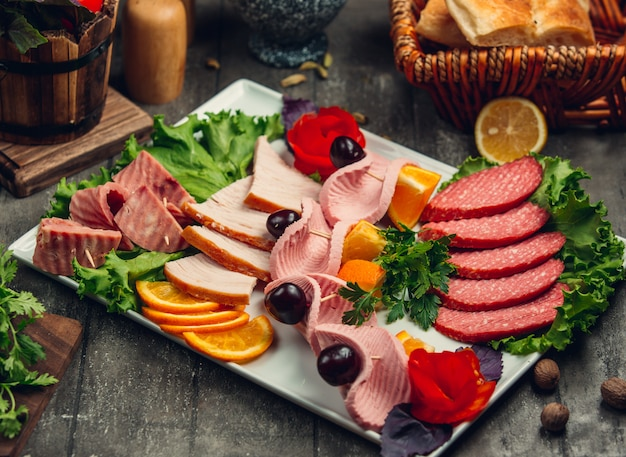 Meat cutting with olives and slices of orange Free Photo