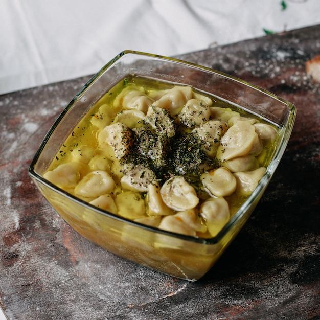 Мясной душпере знаменитый восточный фарш внутри еды с бульоном на коричневом столе Бесплатные Фотографии