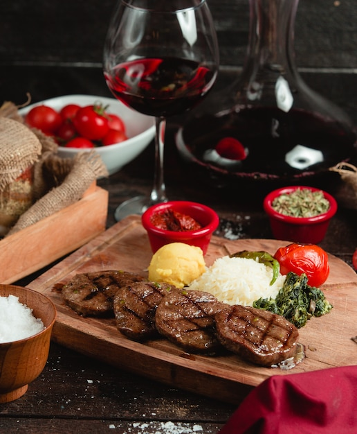 Meat medallion with rice puree and vegetables Free Photo
