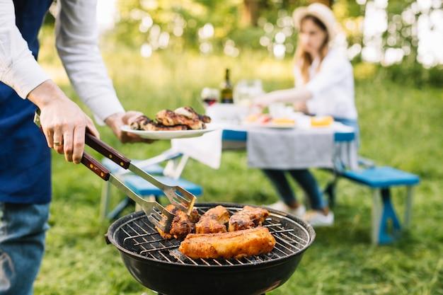 自然の中でバーベキューグリルの肉 Premium写真
