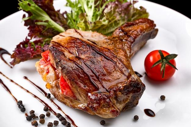 白い皿に野菜と骨の肉 Premium写真