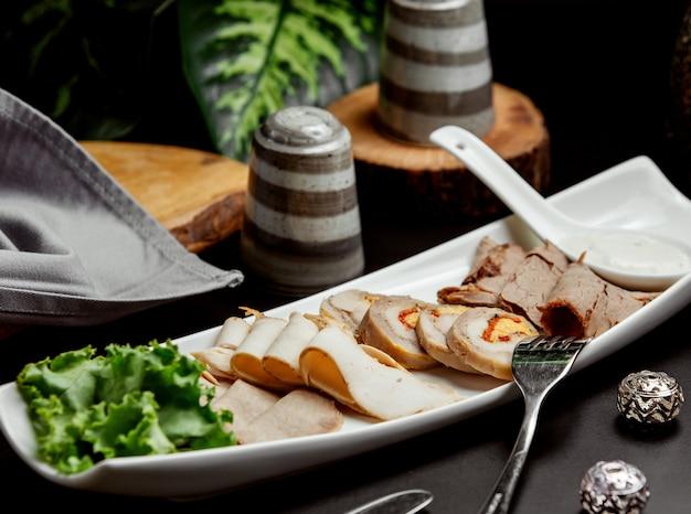Мясное ассорти с рулеткой из паштета из копченого мяса Бесплатные Фотографии