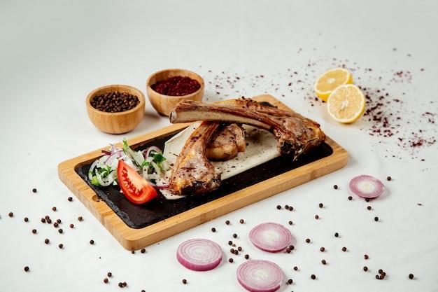 Мясо ребер с луком на деревянной доске Бесплатные Фотографии