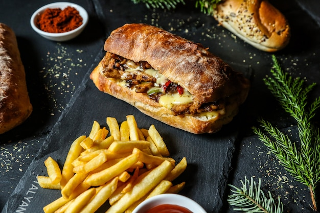 Мясной бутерброд с картофелем фри Бесплатные Фотографии