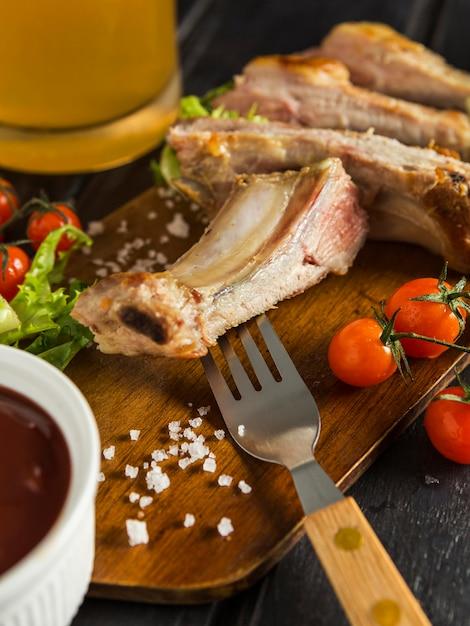 Bistecca di carne con birra e pomodori Foto Gratuite