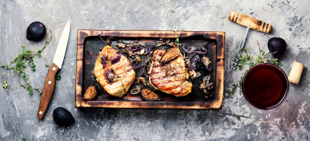 Meat steak with figs Premium Photo