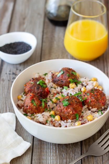 ご飯、ひよこ豆、ごまのミートボール。健康的な食事。ダイエット。オリエンタル料理。 Premium写真
