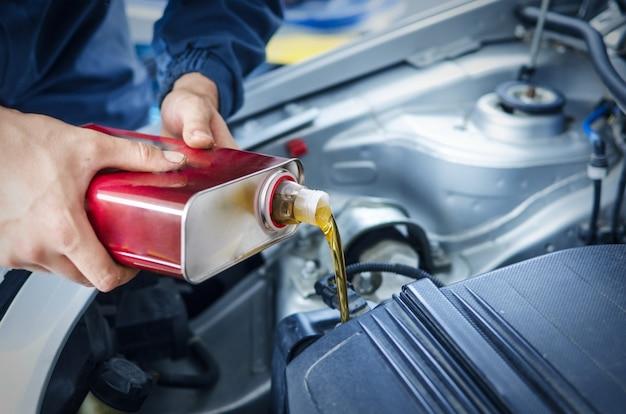 Cambio meccanico dell'olio motore su autoveicoli Foto Gratuite