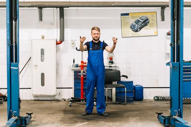 Mechanic starting maintenance Free Photo