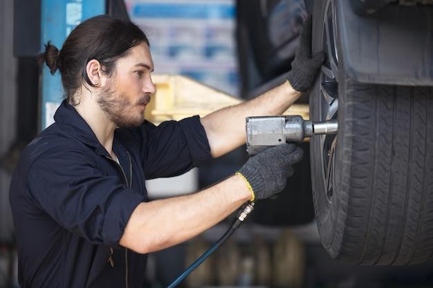 차고에서 자동차 타이어를 고정하는 기계 프리미엄 사진