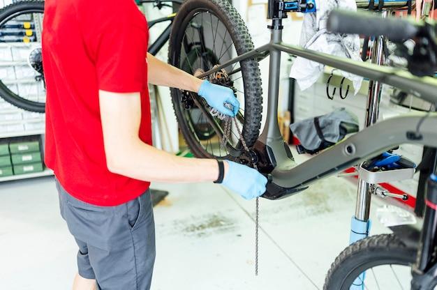 Механики крепления велосипеда в мастерской Premium Фотографии