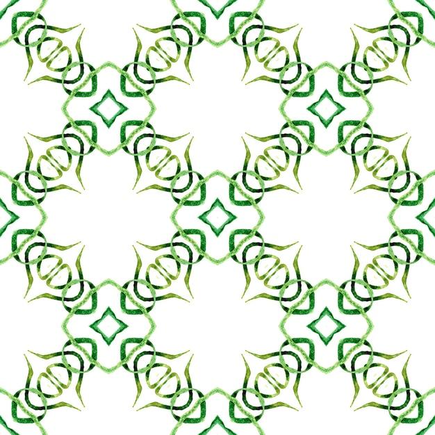 メダリオンシームレスパターン。緑の抜群の自由奔放に生きるシックな夏のデザイン。水彩メダリオンシームレスボーダー。 Premium写真