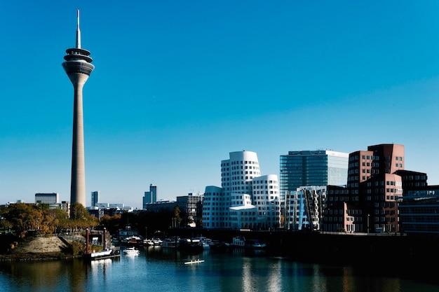 Медиа-гавань со знаменитой рейнской башней в дюссельдорфе, германия Бесплатные Фотографии
