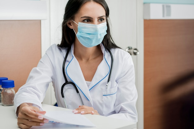 Medic in mask with papers Free Photo