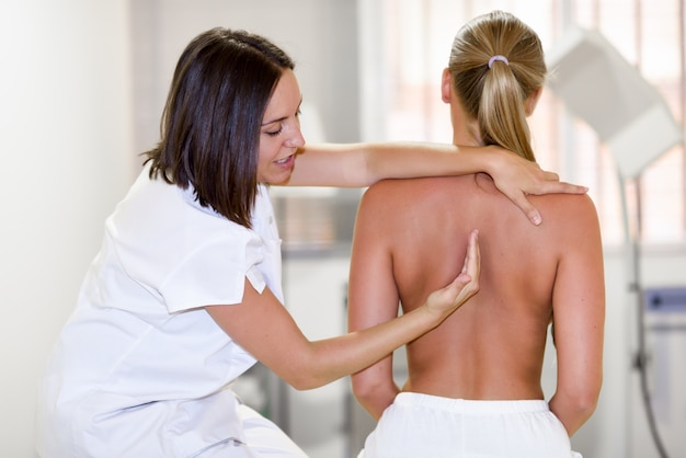 Medical check at the shoulder in a physiotherapy center. Free Photo