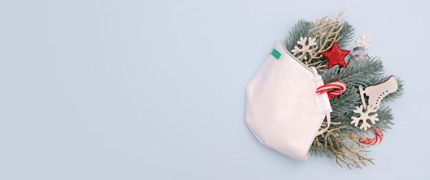 Медицинское рождество с украшениями маски для лица звезды и снежинки Premium Фотографии