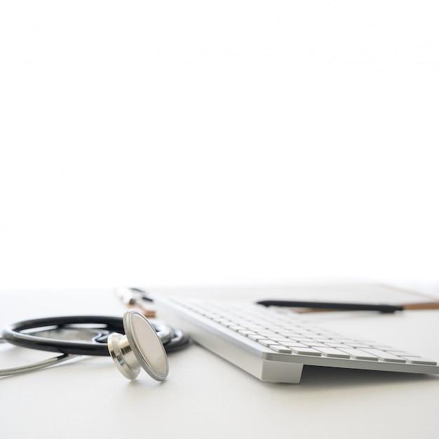 Медицинская концепция с клавиатурой стетоскопа и компьютера в белом поле. Premium Фотографии