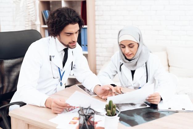 Medical consultation pediatricians doctors in hospital. Premium Photo