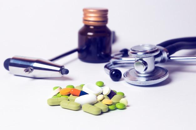 医師用機器キット電話内視鏡、錠剤、カプセル、神経ハンマー Premium写真
