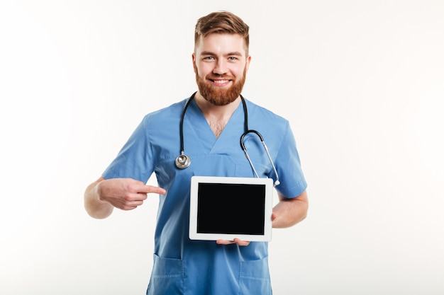 Врач или медсестра, указывая пальцем на пустой экран планшета Бесплатные Фотографии