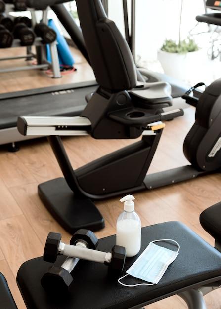 무게와 체육관 장비에 의료 마스크 무료 사진