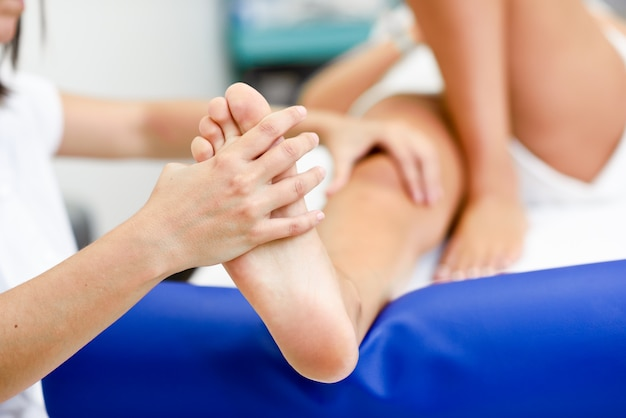Massaggio medico a piedi in un centro di fisioterapia. Foto Gratuite