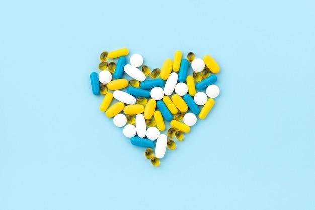 블루에 심장 모양의 의료 약 프리미엄 사진