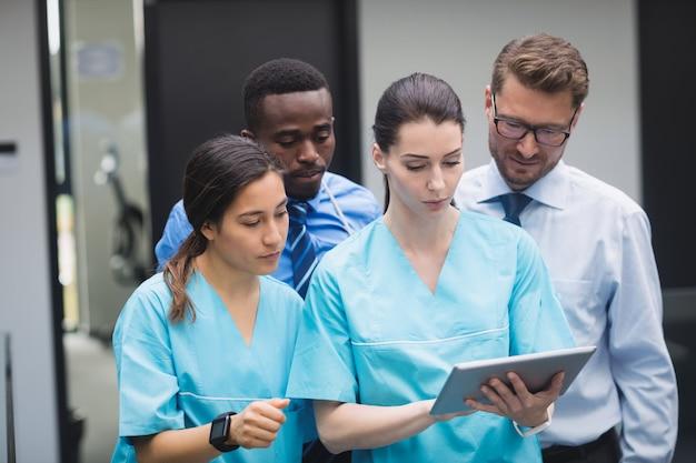 Gruppo di medici discutendo su tavoletta digitale Foto Gratuite