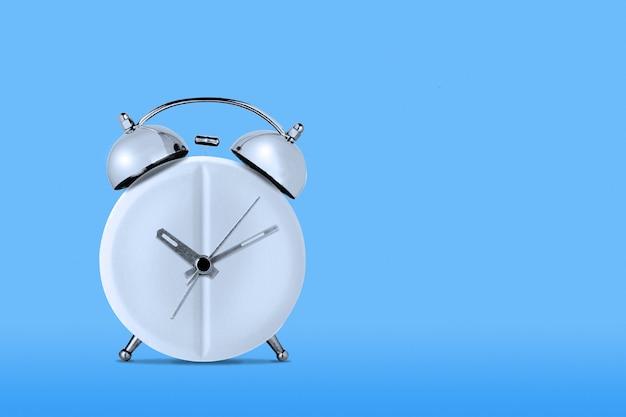 青い壁に医学concept.clock型医療タブレット Premium写真