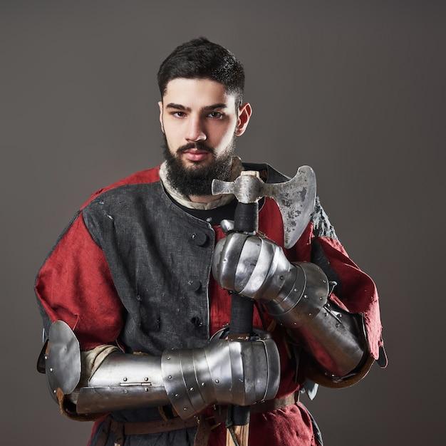 Средневековый рыцарь на сером Бесплатные Фотографии