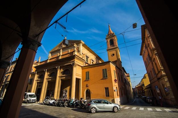 Portico stradale medievale con case dai colori vivaci nel centro storico nella giornata di sole, bologna, emilia romagna, italia Foto Gratuite