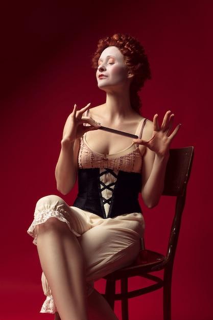 Средневековая молодая женщина в роли герцогини Бесплатные Фотографии