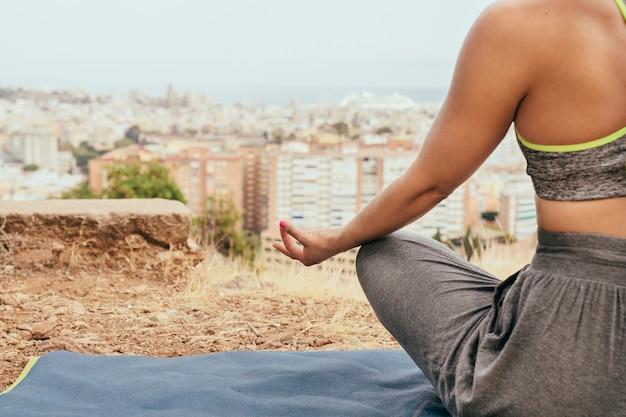 瞑想する女性とコピースペース 無料写真