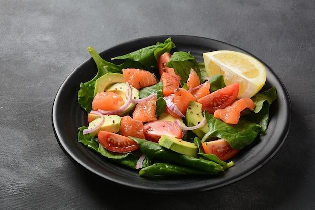 Средиземноморский салат из авокадо и лосося со шпинатом Premium Фотографии