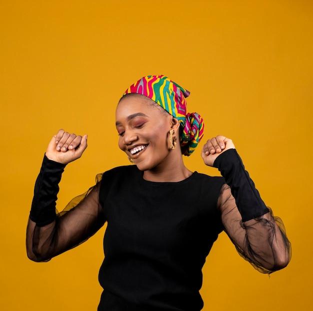 Средний план африканской женщины, танцующей в одиночестве Бесплатные Фотографии