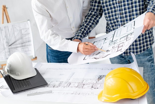 Medium shot architect discussing project with client Free Photo