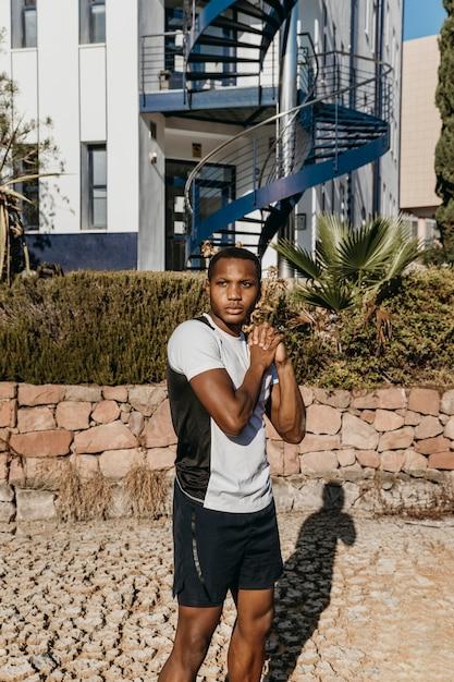 Спортивный мужчина среднего роста снаружи Бесплатные Фотографии