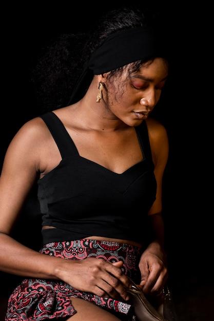 Средний снимок красивой африканской женщины Бесплатные Фотографии