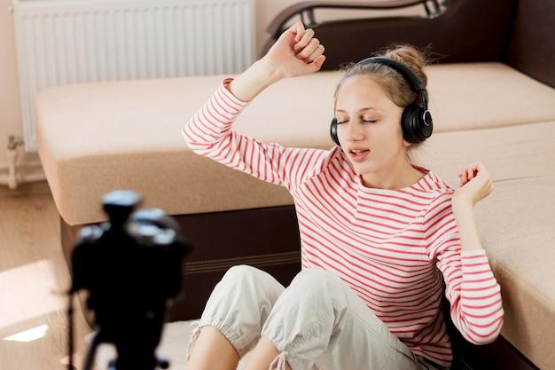 Blogger di medio livello che ascolta la musica Foto Gratuite