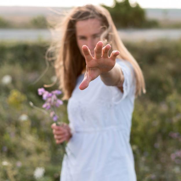 ミディアムショットぼやけて女性がポーズ 無料写真