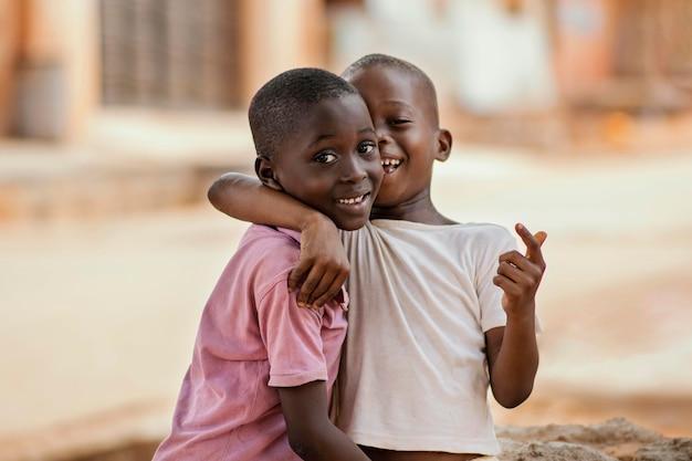 ミディアムショットの男の子を抱き締める 無料写真