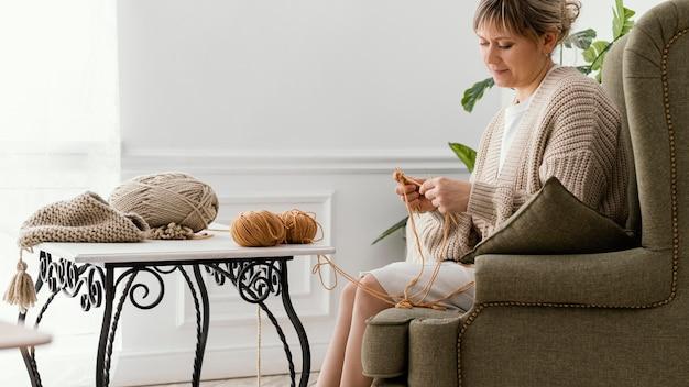 중간 샷 진정 여자 뜨개질 무료 사진