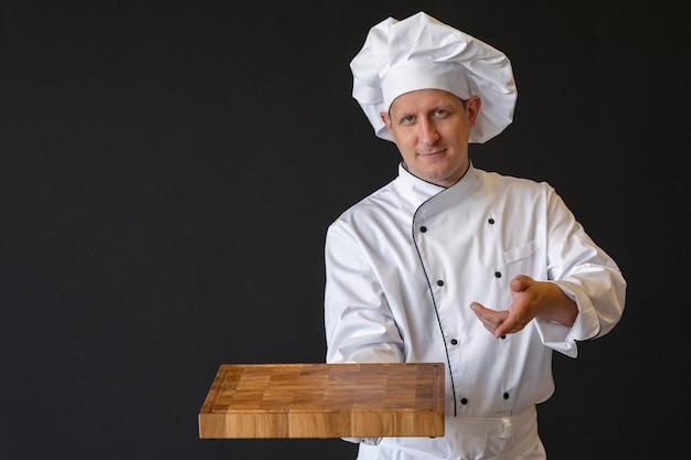 Cuoco unico del colpo medio che tiene tavola di legno Foto Gratuite