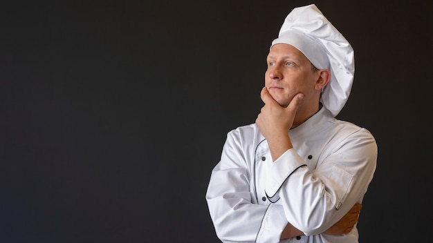 Шеф-повар среднего кадра думает с копией пространства Premium Фотографии