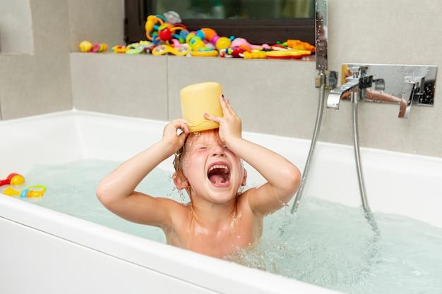 Bambino Nella Vasca Da Bagno.Medium Shot Bambino Nella Vasca Da Bagno Con Il Giocattolo Foto Gratis