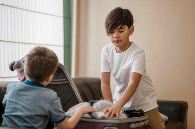 중간 샷 어린이 포장 무료 사진